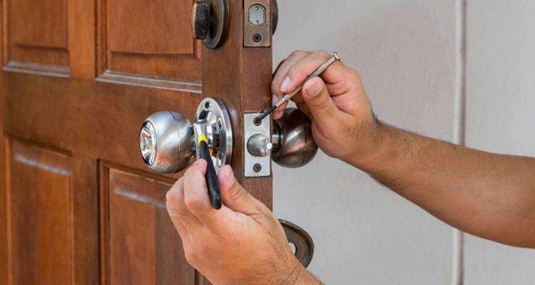 Cómo abrir una puerta de madera